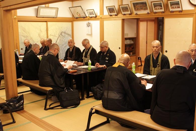 センター布教協議会<br /> テーマ「人々と共に歩む僧侶とは」<br /> 8グループに分かれてディスカッション